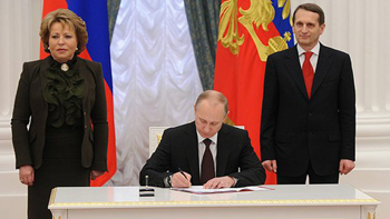 Russian President Vladimir Putin signs laws to admit Crimea to Russia, 21.03.14. Image: Russian Government
